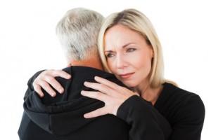 Ein älteres Paar umarmt sich zur Versöhnung nach Krise
