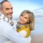 älteres glückliches Paar am Strand