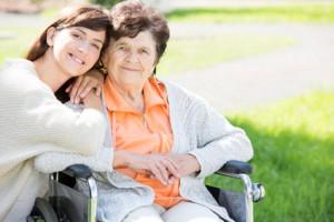 Frau pflegt Mutter im Rollstuhl liest ihr Buch vor midlife coaching
