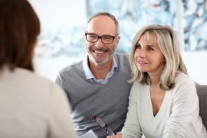 Älteres Paar beim Besuch einer Paartherapie