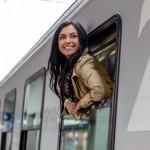quarter-life-crisis Junge Frau kommt mit dem Zug nach Hause um die Eltern zu besuchen