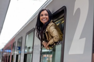 Junge Frau kommt mit dem Zug nach Hause um die Eltern zu besuchen