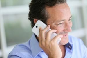 mittelalter Mann telefoniert mit Handy und lächelt