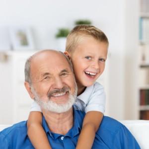 Opa und Enkel haben Spaß