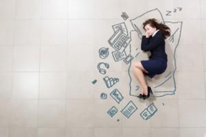 Business Frau liegt auf dem Boden und träumt von stressiger Arbeit