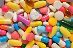 Bunte Tabletten in verschiedenen Formen zum Gehirn-Doping Neuroenhancement