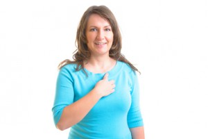Frau macht EFT und klopft Schlüsselbeinpunkt Nierenmeridian Ni 27