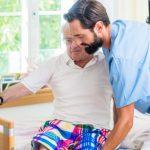 Pfleger mit altem Menschen Stress im Beruf